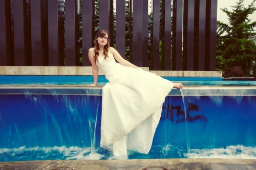 Bride trashes the dress in a public fountain