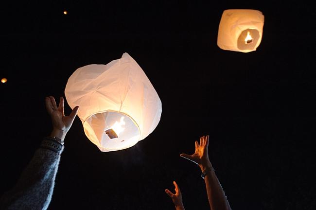 24-paper-fire-lanterns-2-hawkesdene-mountain-wedding-Torrence-Photography