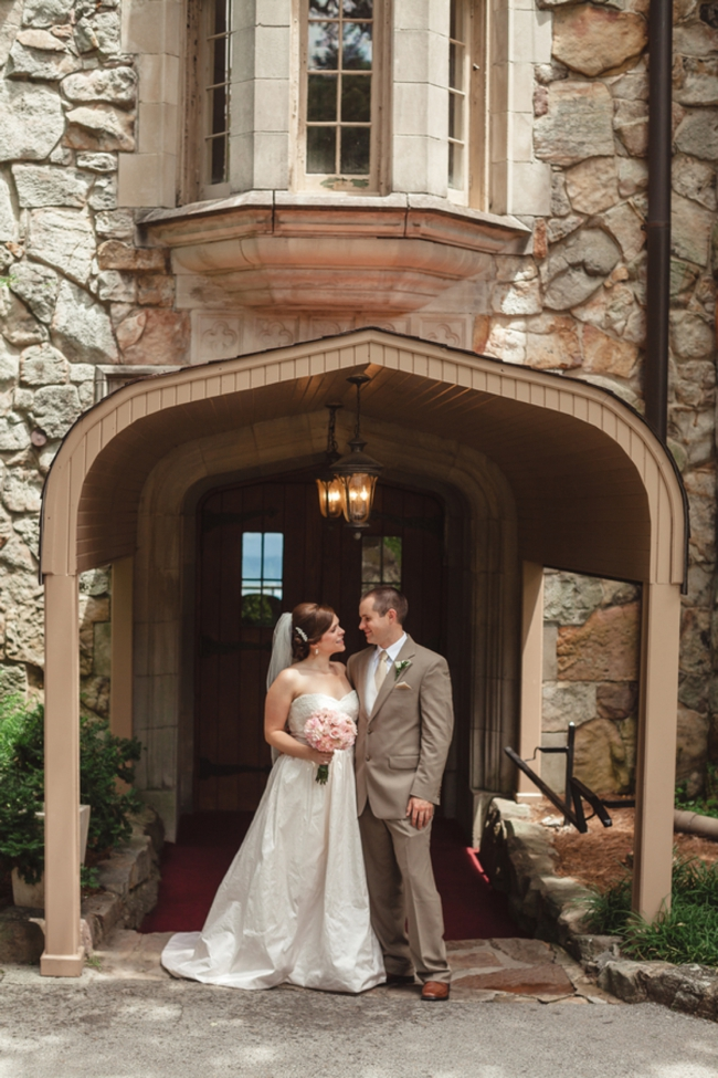 Tennessee bride and groom in front of old mansion