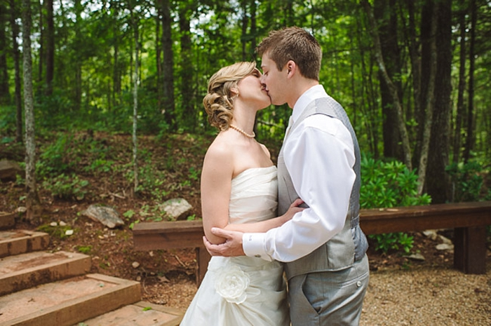 southern mountain bride and groom kiss via https://mountainsidebride.com