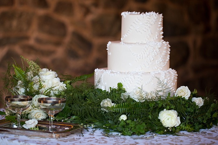 Woodland winter inspiration | Photography by Sarah Roshan | Cake by The Makery Cake Co | See more at https://mountainsidebride.com/2014/02/elegant-winter…nd-inspiration/
