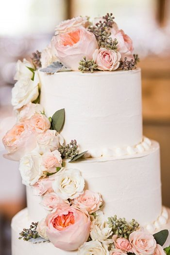 romantic peach and white wedding cake | Breckenridge wedding at 10 Mile station |INphotography