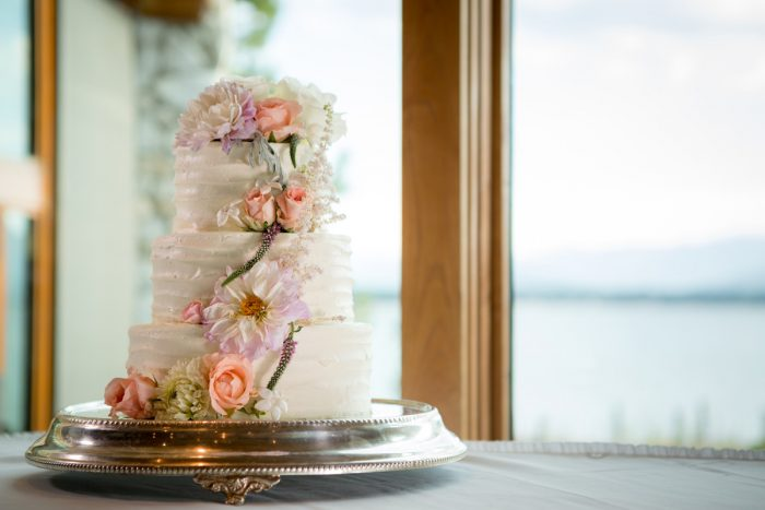 White rustic wedding cake | Lake Tahoe Wedding | Eric Asistin Photographer