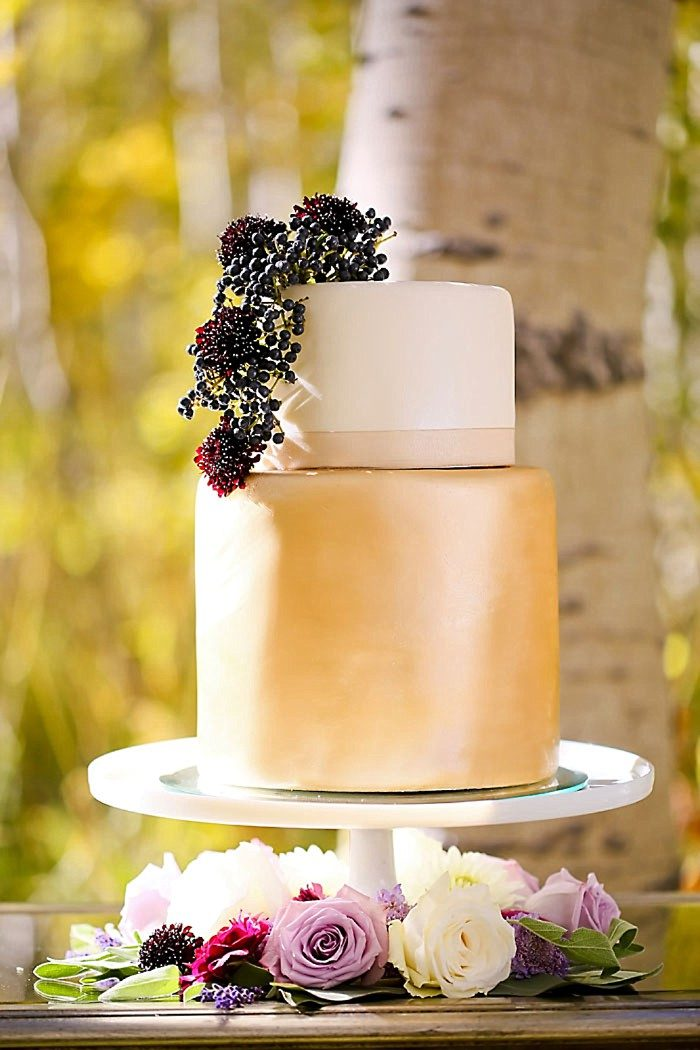 Gold And White Wedding Cake | Aspen Gold Utah Wedding Inspiration | Pepper Nix Photography | Via MountainsideBride.com